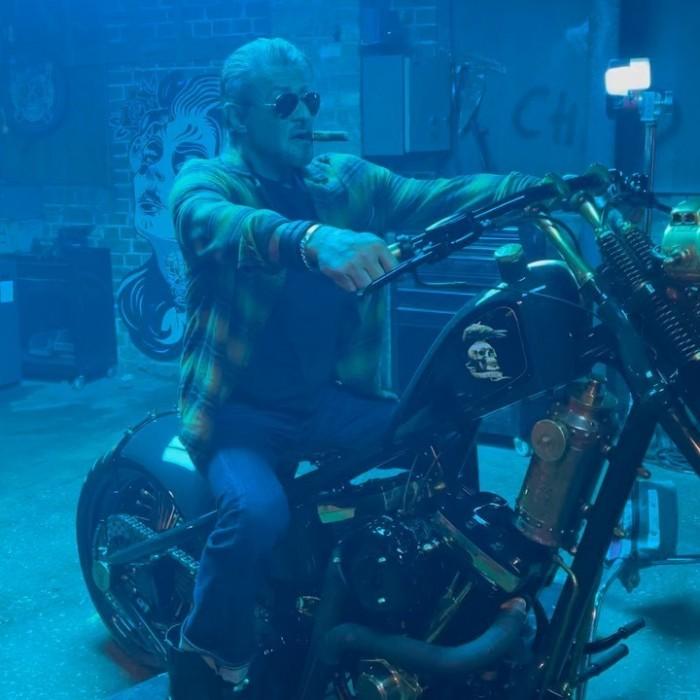 《敢死隊4》史泰龍現身片場 75歲硬漢摩托雪茄有派頭